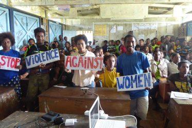 Bouw vrouwencentrum in Kikori