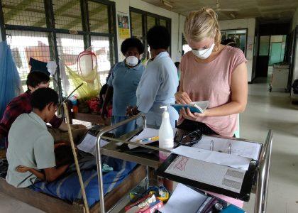 Patiënten behandelen in Kikori en wijde omtrek